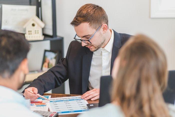 agente inmobiliario protege el costo de la propiedad